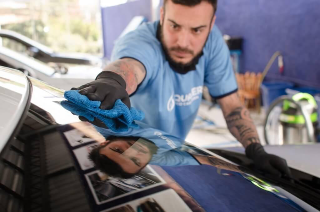 Franquias Inovadoras: Funcionário da Acquazero fazendo a limpeza de um vidro