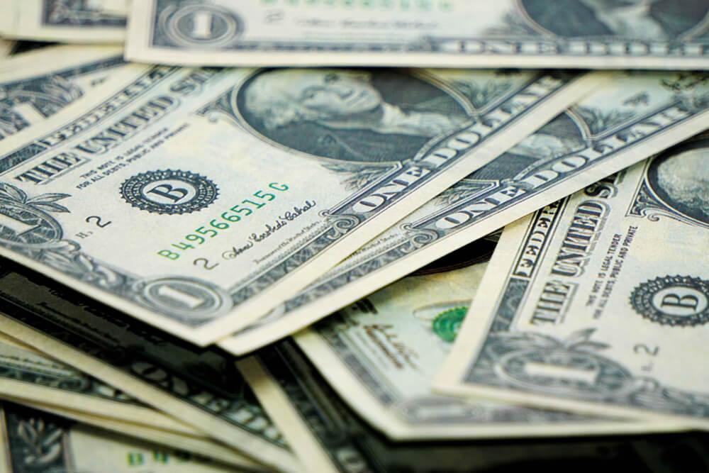 Renda extra: várias notas de dólares empilhadas