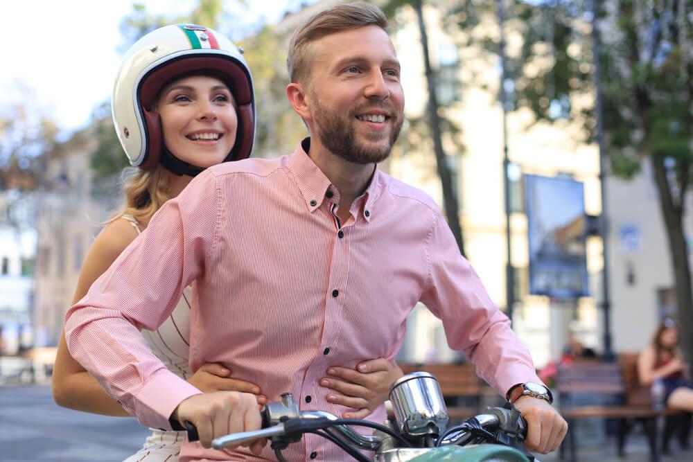 franquias inovadoras: casal andando de moto em uma cidade