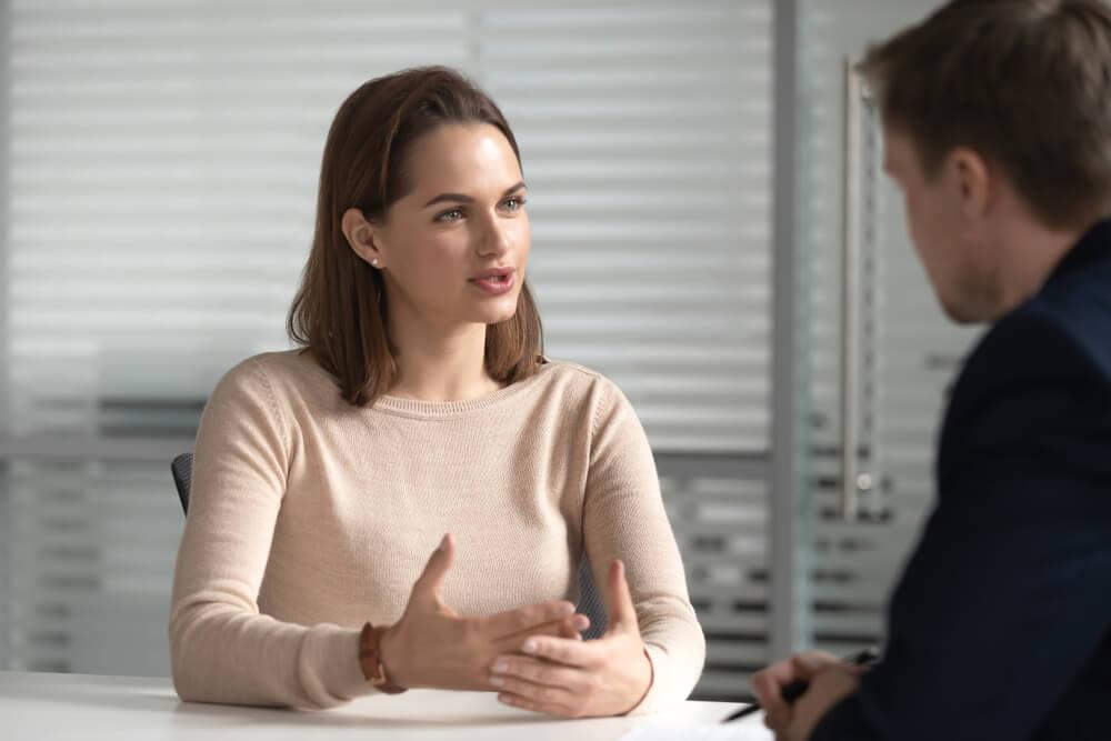 Trabalhar em casa: Mulher conversando com um cara durante uma reunião de negócios