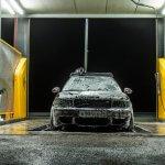 Franquia de lava jato: carro sendo limpo em um lava jato a noite