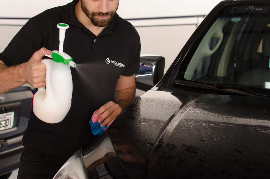 um funcionário da Acquazero fazendo a limpeza do capô do carro imagem ilustrativa texto franquias baratas de sucesso