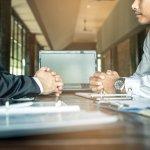 Negócios em alta: dois homens conversando com ternos e gravatas em um escritório
