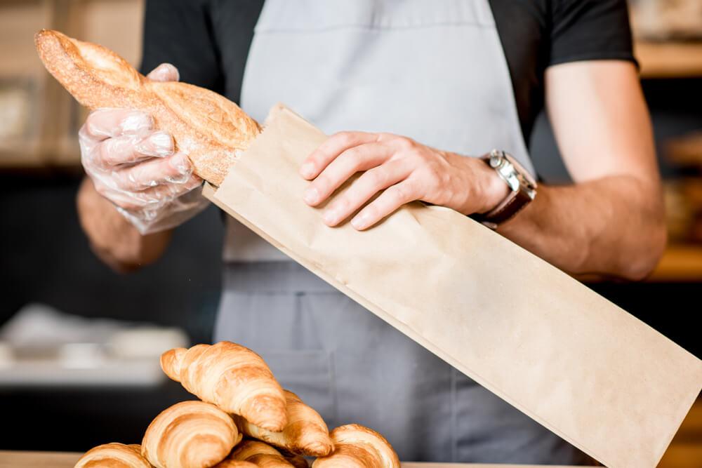 renda extra: padeiro colocando pão na embalagem