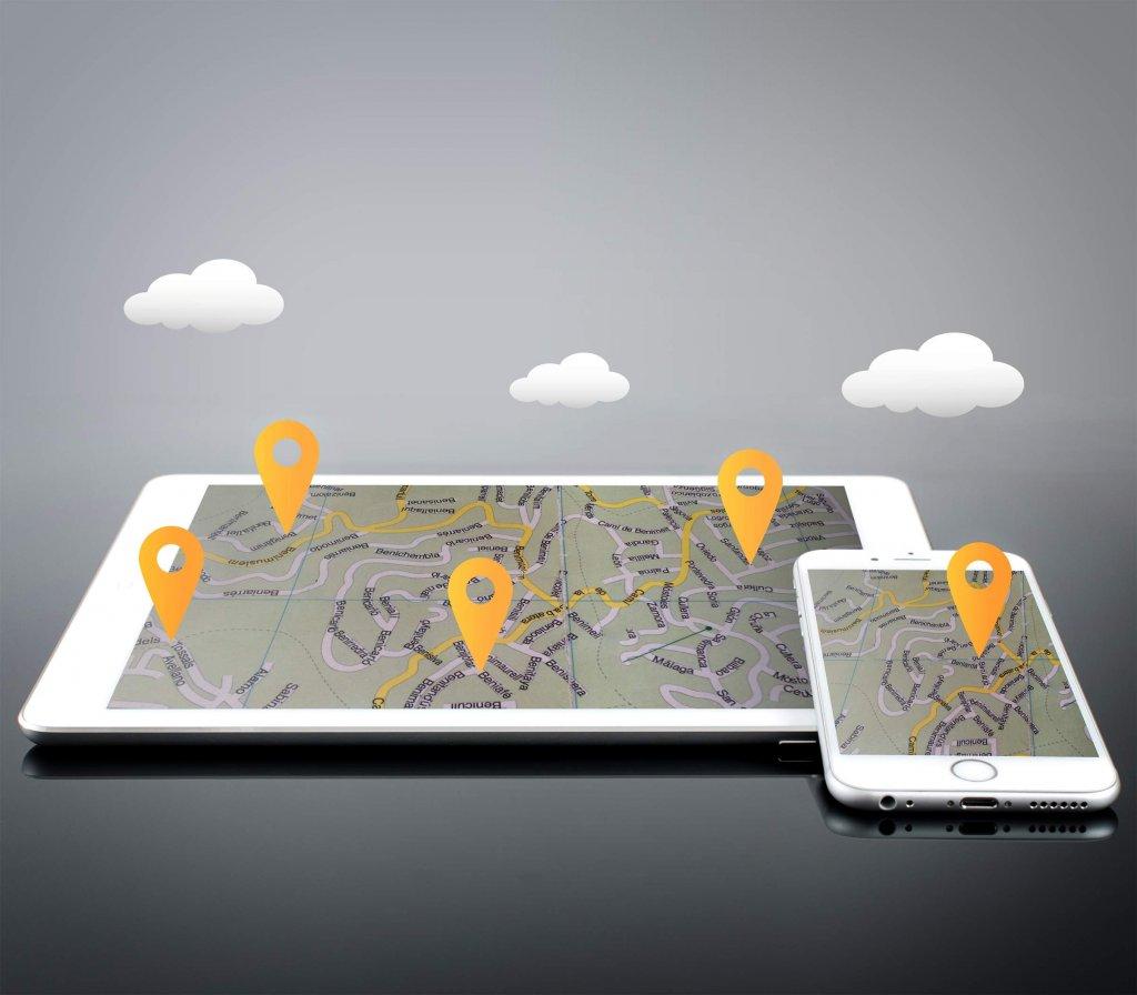 Um tablet e um tablet estão dispostos em um fundo cinza, com três nuvens ilustradas acima. Ambos os aparelhos têm mapas com sinalizações de local (imagem ilustrativa). Texto: franquia digital Contele.