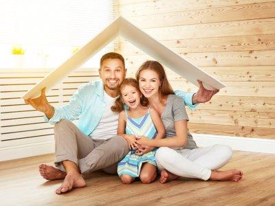 Trabalhar em casa: Casal e uma filha abaixo de um toldo simulando um telhado e dentro de casa