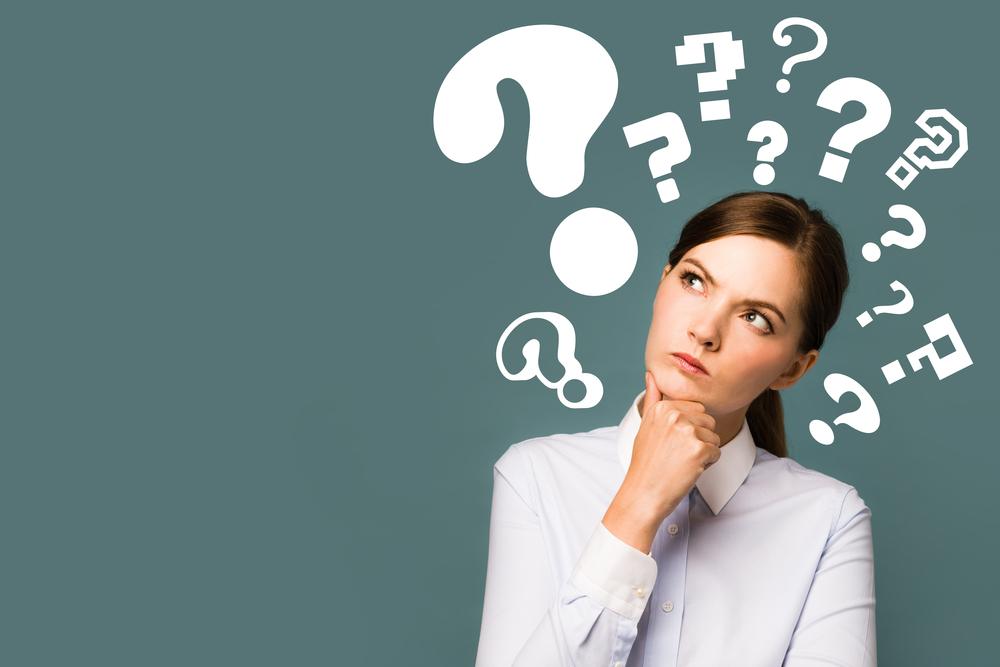 Mulher com vários sinais de interrogação em volta de sua cabeça (imagem ilustrativa). Texto: microfranquias.