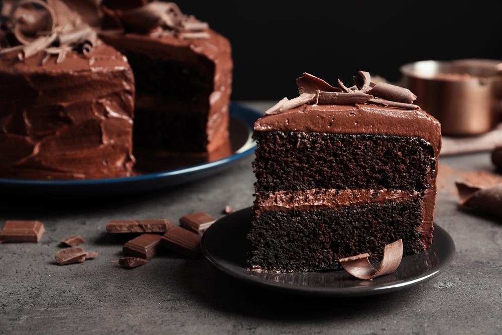Imagem de bolo partido com cobertura e sabor de chocolate