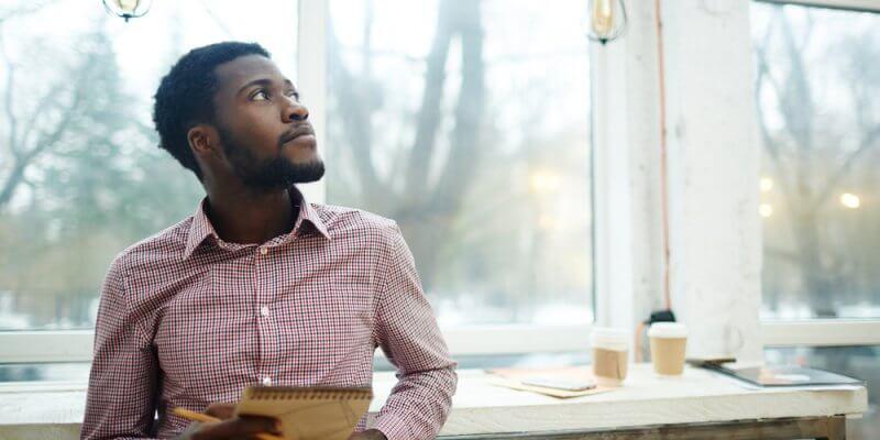 Homem analisando o ambiente com uma prancheta na mão. Imagem ilustrativa texto franqueado de sucesso