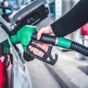 Pessoa abastacendo carro em um posto. Imagem ilustrativa texto franquia de posto de combustível