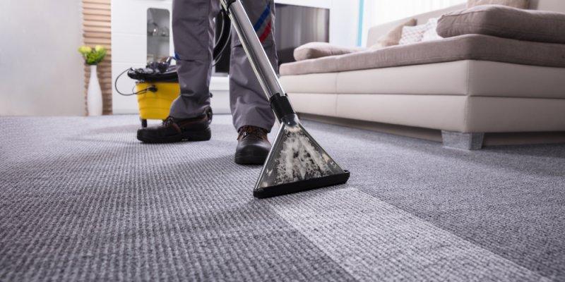 Pessoa passando aspirador no tapete. Imagem ilustrativa texto franquia de serviços de limpeza