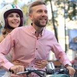Casal feliz andando de moto. Imagem ilustrativa texto franquias baratas home office