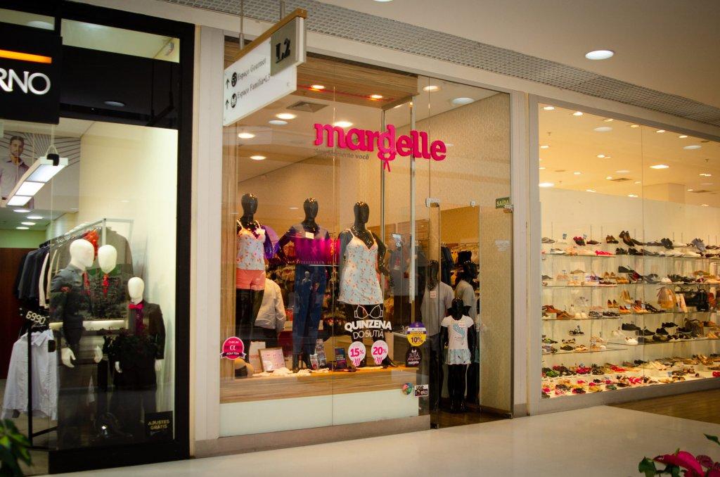 Fachada de uma loja Mardelle em um shopping (imagem ilustrativa). Texto: franquias de roupa.