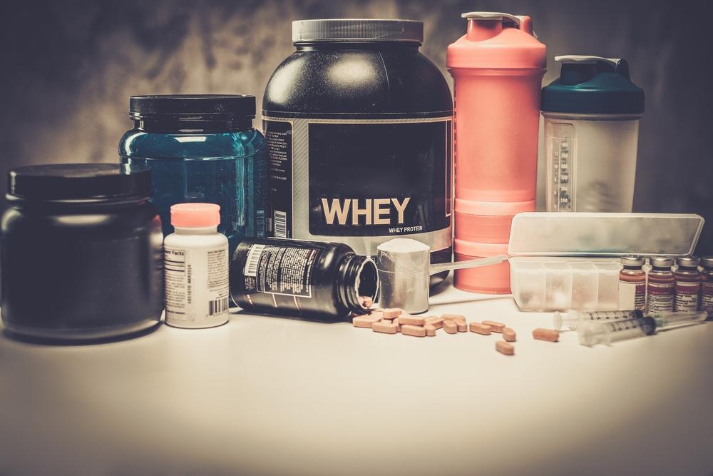 Vemos diversos produtos e suplementos em destaque sobre uma mesa (imagem ilustrativa). Texto: pequenas franquias de sucesso.