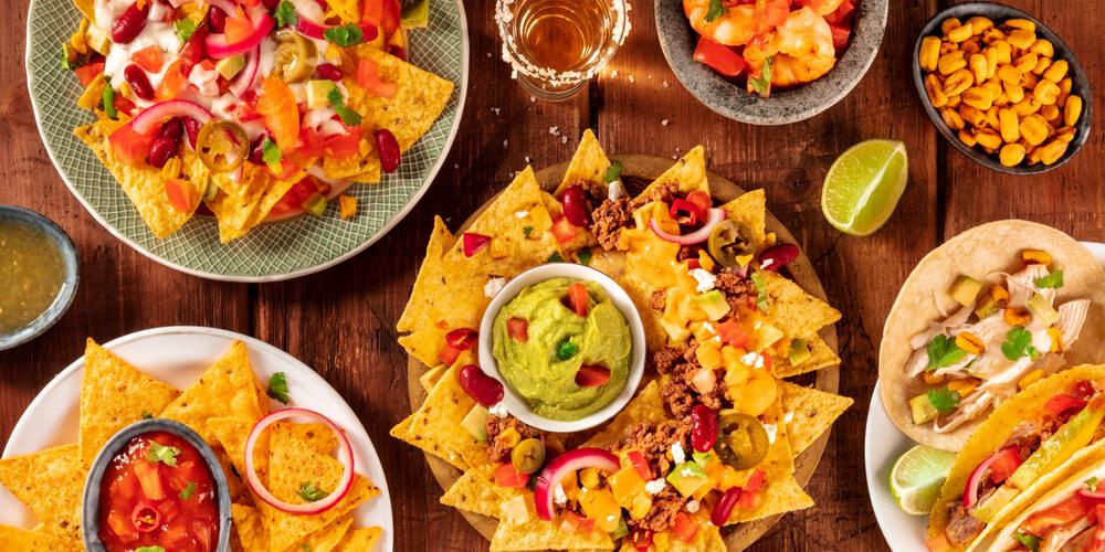 Vários pratos mexicanos expostos sobre a mesa. Imagem ilustrativa texto franquia de restaurante