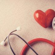 Estetoscópio apoiado em um coração de plástico vermelho. Imagem ilustrativa texto franquia de seguro saúde