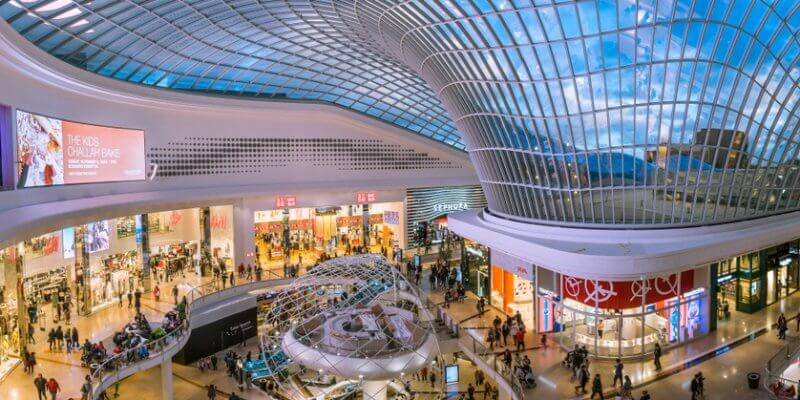 Imagem panorâmica de um shopping. Imagem ilustrativa texto franquia para shopping