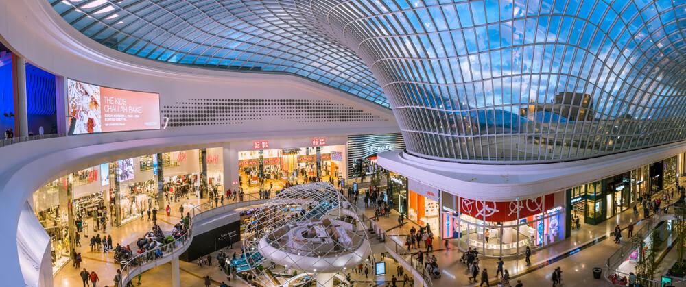 Imagem panorâmica da área central de um shopping (imagem ilustrativa). Texto: franquia para shopping.