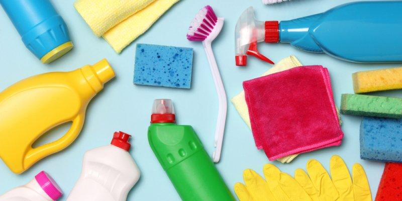 materiais de limpeza espalhados sobre um fundo azul claro. Imagem ilustrativa texto franquias de limpeza.