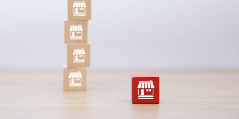 Bloco vermelho em destaque com um pilha com blocos amarronzados ao fundo. Imagem ilustrativa texto franquias inovadoras