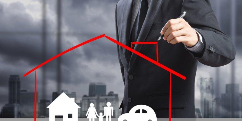 Homem desenhando uma casa sobre figuras de casa, familia e carro. Imagem ilustrativa texto modelos de franquias para trabalhar home office