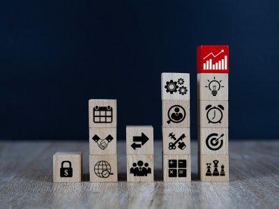 Vários blocos formando uma escadinha. Cada bloco com um símbolo diferente. O mais alto está de vermelho. Imagem ilustrativa texto o que é royalties