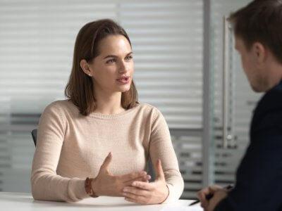 mulher conversando com um homem em seu escritório e tratando de negócios. Imagem ilustrativa texto repasse de franquias