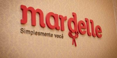 Logo da Mardelle na parede de uma das lojas da rede. Imagem ilustrativa texto franquia Mardelle.