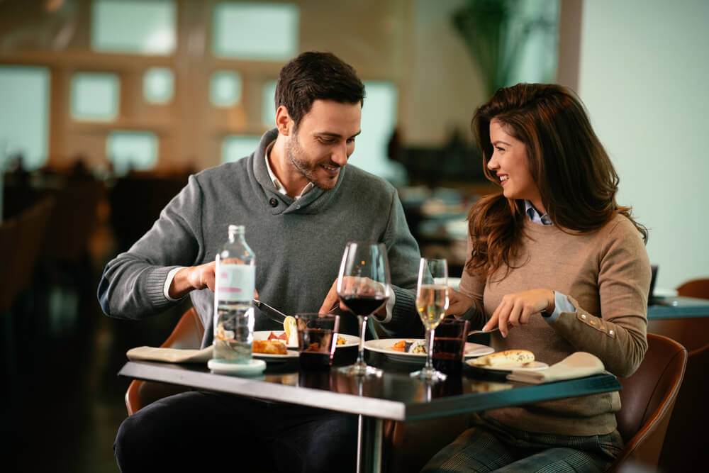 Vemos um casal em um restaurante enquanto conversam (imagem ilustrativa).