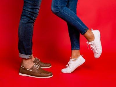 Pés masculino e feminino com sapato e tênis. Imagem ilustrativa texto franquia de sapatos.