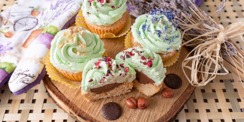 Cupcakes com chocolate, nozes e decorado. Imagem ilustrativa texto franquia doce.