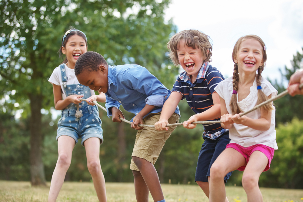 Crianças brincado de cabo de guerra (imagem ilustrativa). Texto: YouPlay.