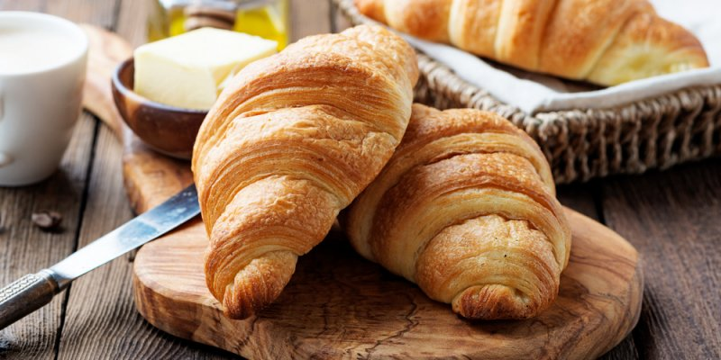 croissants frescos e café servido com manteiga e mel.Imagem ilustrativa texto franquia croasonho
