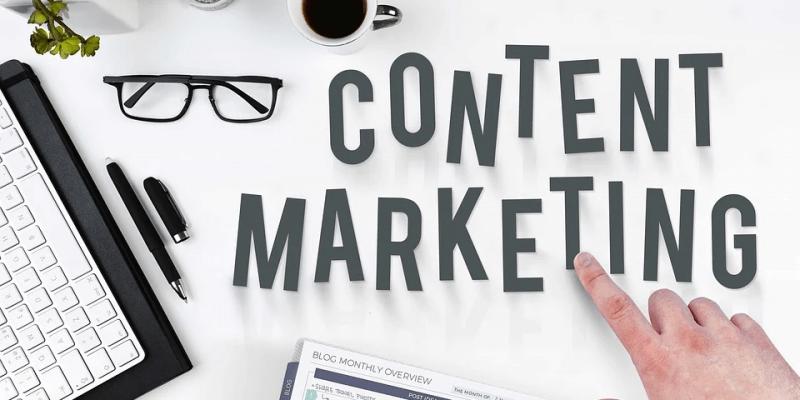 """mesa com escrita """"content marketing"""" imagem ilustrativa texto franquia marketing de conteúdo"""