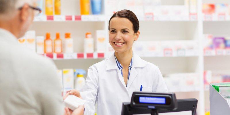 Farmacêutica e homem sênior compra de drogas na farmácia. Imagem ilustrativa texto franquias farmácia