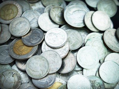 várias moedas pratas espalhadas imagem ilustrativa texto franquias opções de crédito