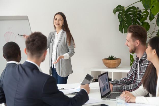 moça em reunião apresentando plano para colegas imagem ilustrativa texto marketing franquia