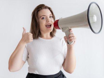 mulher segurando megafone imagem ilustrativa texto marketing franquia