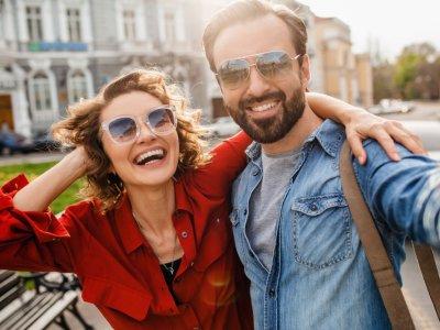 Casal tirando selfie com óculos escuros. Imagem ilustrativa texto franquia chilli beans