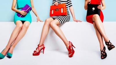 três mulheres sentadas numa bancada com calçados diferenciados e cores destintas. Imagem ilustrativa texto franquia constance.