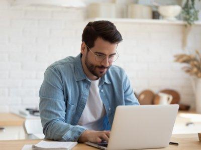 Homem na frente do computador estudando. Franquia de educação multivix