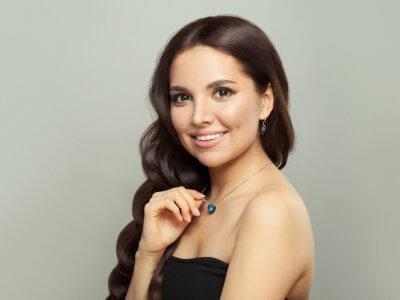 Modelo feminina com colar de joia. Imagem ilustrativa texto franquia de joias mazze