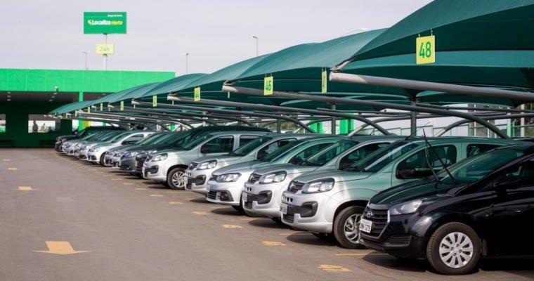 Patio da localiza com diversos carros estacionados ao lado. Imagem ilustrativa texto franquia localiza hertz