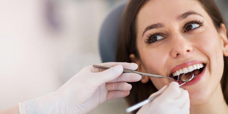 Mulher sendo atendida por uma dentista. Imagem ilustrativa texto franquia odontológica odontoclinic