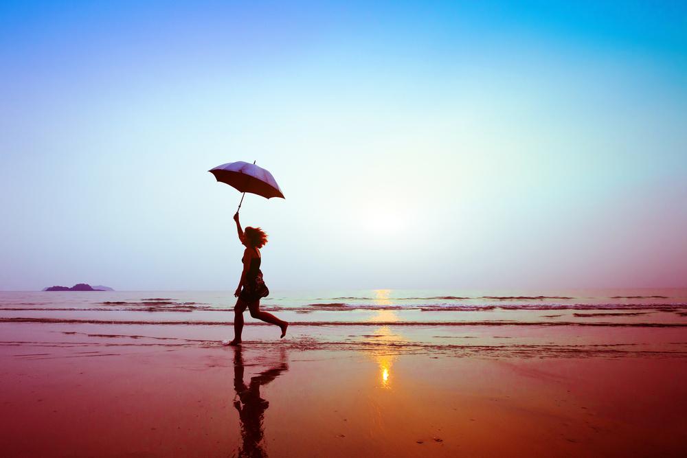 Vemos uma mulher correndo na praia durante por do sol (imagem ilustrativa). Texto: franquias 40 mil.