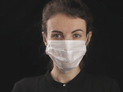 mulher usando máscara contra covid-19 imagem ilustrativa texto franquias pandemia