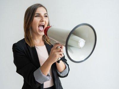 mulher usando megafone imagem ilustrativa marketing digital em franquias