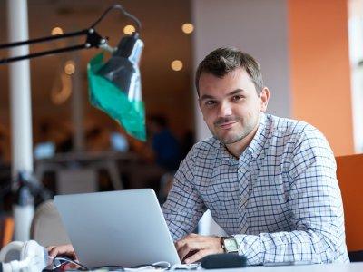 homem usando notebook imagem ilustrativa texto empreender franquia