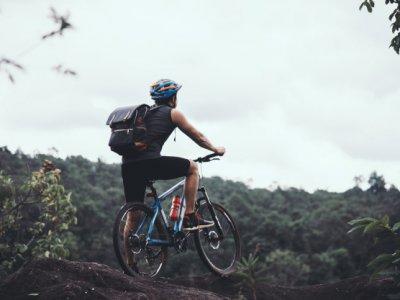 homem pedalando imagem ilustrativa texto franquia bicicleta