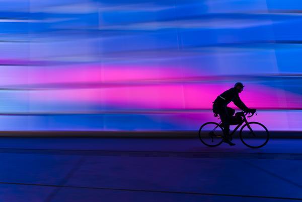 silhueta homem de bike imagem ilustrativa